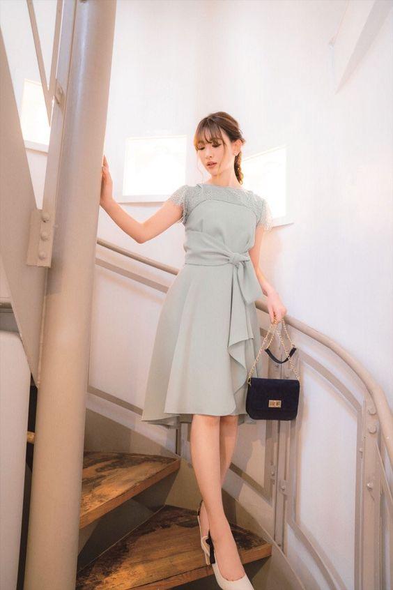 階段を降りるかわいい小嶋陽菜