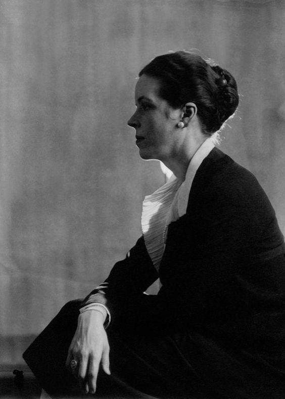 """Djuna Barnes se jactaba de haberle dado a Berenice la """"e"""" de su nombre. En cambio, de Abbott decía que le había dado a Thelma Wood.  Berenice Abbott: Retrato de Djuna Barnes, Paris, 1926"""