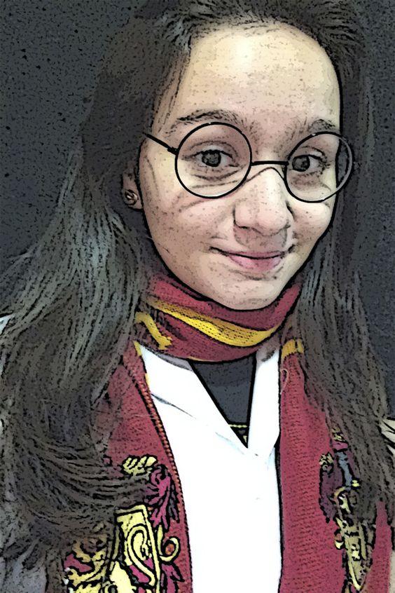 """UM MUNDO INTEIRAMENTE NOSSO Me caracterizei de uma personagem da série Harry Potter. É a minha série preferida e quando leio me sinto """"dentro"""" dos livros, como se eu fizesse parte daquela realidade. Como se eu estivesse fugindo da minha realidade. Como se eu precisasse fugir de algo... Mas é sempre bom dar um tempo de tudo, mesmo que sua vida esteja relativamente perfeita. Mariana Campos de Moraes - 1004"""