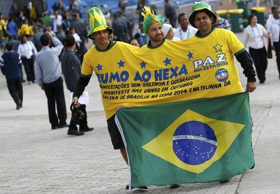 Torcedores chegam à Arena Corinthians para acompanhar a estreia da seleção brasileira na Copa do Mundo 2014