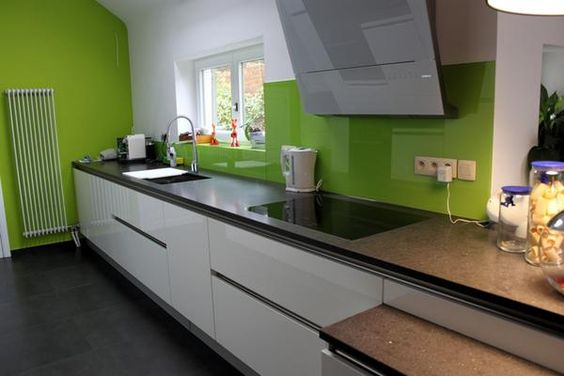 Cuisine design blanche brillante sans poign e une hotte for Poignee cuisine design