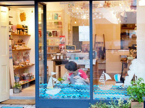 2014/8/25掲載 川崎市の雑貨屋さん「Common Life」の窓ガラスに、「森の芸術家 Mayumi」さんが描かれた作品。 https://www.facebook.com/kitpas2005  #kitpas #キットパス