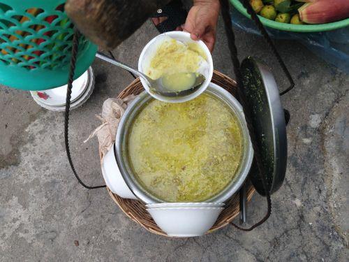 Nước dùng Nom banh chok bí quyết làm nên sự lôi cuốn kỳ diệu cho món ăn.