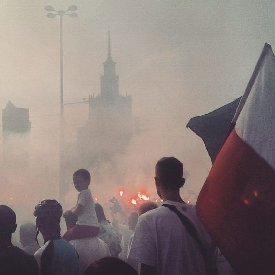 Each year on 1st August at 17 the city of Warsaw literally stops for a minute in order to commemorate victims of Warsaw Uprising. Today I experienced that in thr very city center with lots of people. #warsaw1944 by kamieverywhere