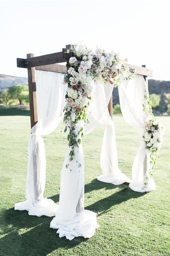 Hochzeit im Dragon Ridge Country Club mit einem Holzbogen der mit Elfenbein-Tran #wedding #decorations #weddingdecorations