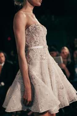 Este vestido curto assinado por Mira Zwillinger é simplesmente irresistível. A…