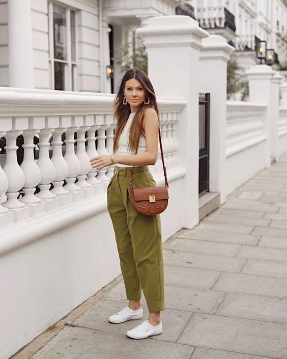 Mujer con pantalón verde oliva, un look neutro pero muy chic