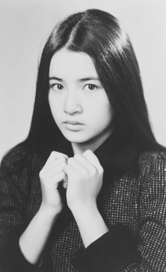 可愛いポーズの原田美枝子