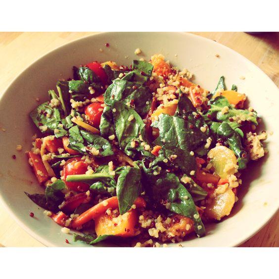 Salade de quinoa, pousses d'épinards, légumes grillés (carottes, butternut), tomates cerises, avocat, feta et raisins secs