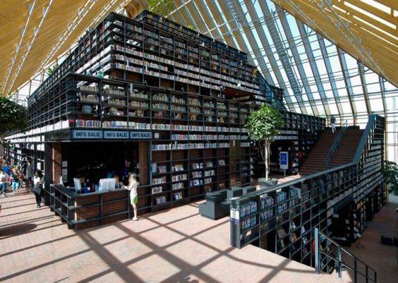 Com estantes feitas de vasos reciclados e mais de 15 mil livros no acervo, o Library Quarter é um bairro cujo centro é uma biblioteca, em Spijkenisse, na Holanda.