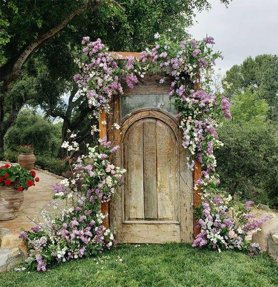 inspiratie decor nunta usa veche vintage rustica din lemn decorata cu flori sedinta foto