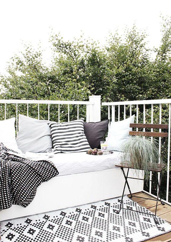 outdoor balkon and gepolsterte bank on pinterest. Black Bedroom Furniture Sets. Home Design Ideas