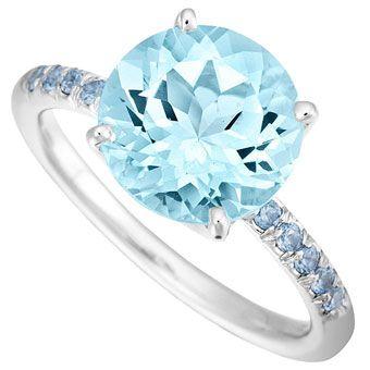 anel de noivado de ouro branco com rodada de céu azul topázio centro de pedra e safiras azuis pavé por Jane Taylor Jewelry