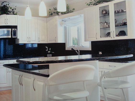 Cocina en laca blanca mate y encimera en granito negro for Encimera de granito gris