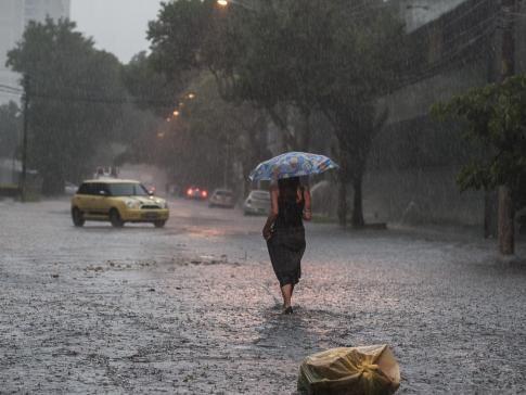 São Paulo tem mais de 100 quilômetros de congestionamento por conta da chuva | A capital paulista já registra, em decorrência da chuva, 104 quilômetros de congestionamento na tarde de hoje (19), segundo a Companhia de Engenharia de Tráfego (CET). As regiões que enfrentam mais problemas com o trânsito são a zona oeste, com 33 quilômetros de lentidão, e a zona norte, com 29 quilômetros. http://mmanchete.blogspot.com.br/2013/02/sao-paulo-tem-mais-de-100-quilometros.html
