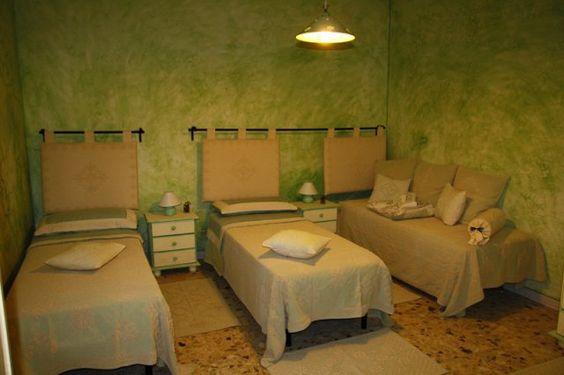 L'Appartamento è un confortevole trilocale nel centro di Agrustos,  a soli 1000 metri dalla spiaggia. Ampio cortile recintato, è adatto a coppie e famiglie con bambini.  Telefono: ( 0039 ) 0784 846019 Numero di cellulare:  ( 0039 ) 347 4705472  http://www.santeodoro.name/property/1/casa-vacanza-agrustos-luigi.html