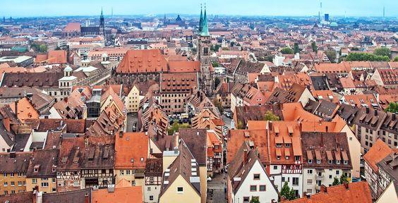 Nürnberg (Bayern): Nürnberg ist eine kreisfreie Großstadt im Regierungsbezirk Mittelfranken des Freistaats Bayern. Mit derzeit 495.121 Einwohnern ist sie die zweitgrößte Stadt Bayerns und bildet zusammen mit ihren Nachbarstädten Fürth, Erlangen und Schwabach ein Ballungsgebiet, in dem etwa 1,2 Millionen Menschen leben und welches sowohl das wirtschaftliche als auch das kulturelle Zentrum der Metropolregion Nürnberg mit 3,5 Millionen Einwohnern sowie Frankens ist.
