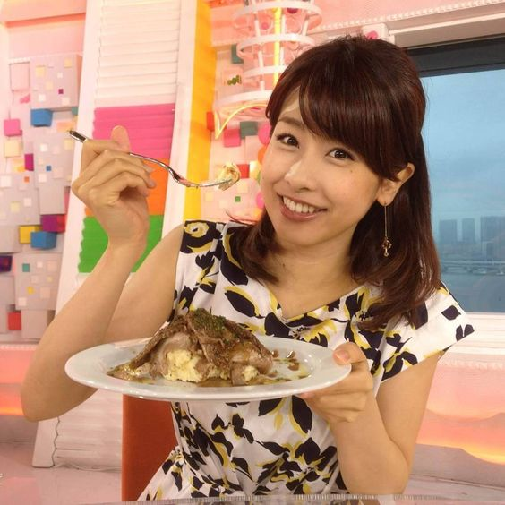 料理を持つ加藤綾子