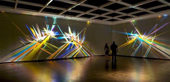 Esse cara transforma reflexos de luz em instalações que parecem pinturas…