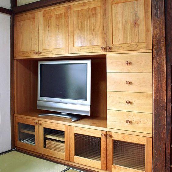 Hyotangura さんのinstagramをピンしています オーダー家具の納品事例 小田原市の古民家に暮らすi様邸に納めた壁面収納です 押入れだった所の襖を外し中の棚も壊してそのスペースにぴったりとはめ込んだ造り付け家具 テレビ台としての機能とその他リビング収納と