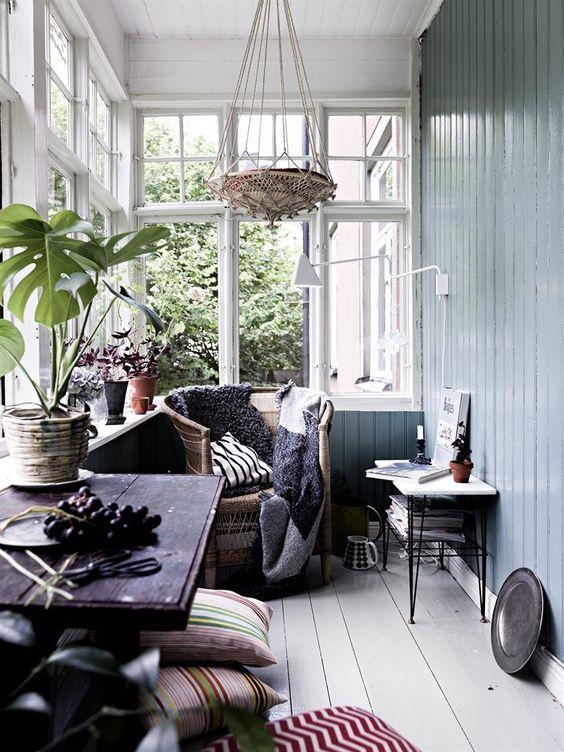 Historiska Hem | Vi förmedlar hem med en historia Punschveranda Glasveranda Afroart Sekelskifte Spröjs Inspiration nordisk design Gröndal Green Flowers Windows Monstera