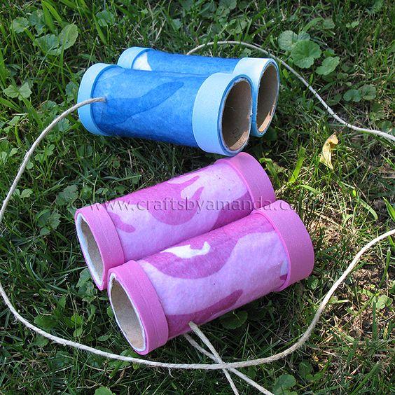 crédit photo Crafts by Amanda Ces jumelles en carton plairont à tous les petits explorateurs en herbe, lors des ballades en forêt pour observer les oiseaux (ou à la maison pour observer les parents!) Vous pourrez les fabriquer pour eux, ou bien si ils sont plus grands, laissez-les les faire tous seuls ! Matériel nécessaire: 2 tubes de papier toilette, de la feutrine, 6 élastiques et 1 mètre de cordelette (pas indispensable, pour les plus petits notamment). Pour des jumelles qui font encore…