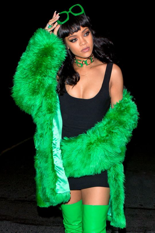 Rih in head-to-toe Versace channeling Lil' Kim for her BBHMM performance at iHeartRadio Awards,