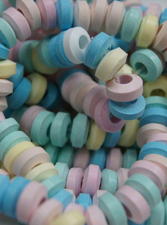 Colliers de bonbons, pas bons mais qui collaient autour du cou...