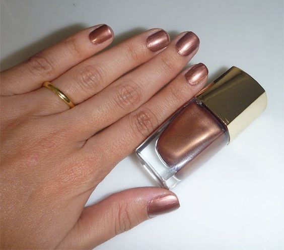 Na semana passada eu estava com as unhas douradas, hoje fui para o bronze. Passei o esmalte cocobold da Lancôme. E aí, gostaram? Peguei este esmalte emprestado de uma amiga, não sei se vou conseguir devolver… Foto: Bettys