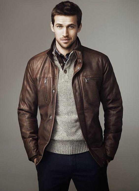 Jaqueta de couro marrom combinada com tons neutros marinho, cinza e um toque de xadrez da camisa