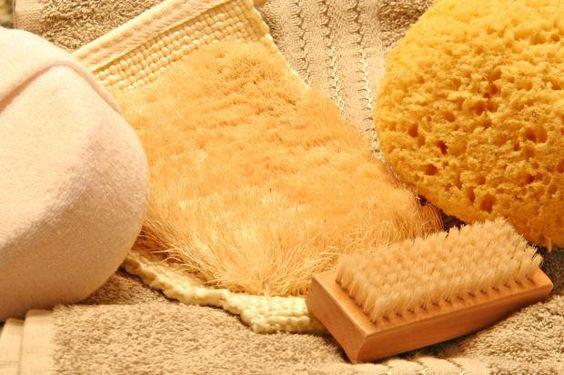 Sanft lösen Elektro-Bürsten Make-up-Reste, Schuppen und Talg – die Haut atmet auf!