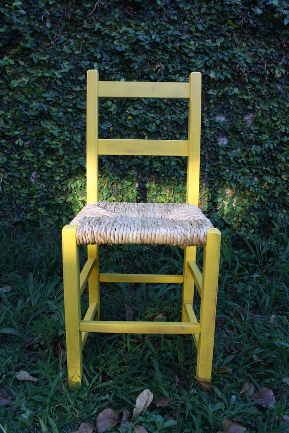 Cadeira em estilo provençal, com assento em palha e acabamento em laca desgastada. www.ocasaraomoveis.com.br