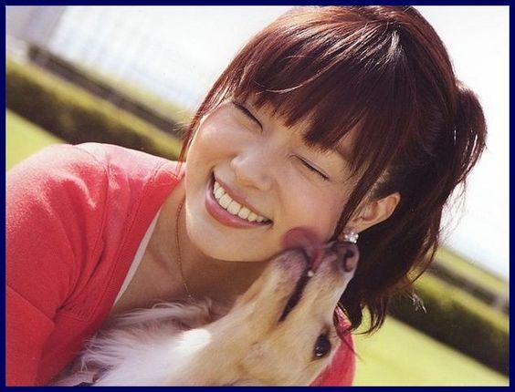 本田朋子ワンちゃんと戯れる可愛い表情