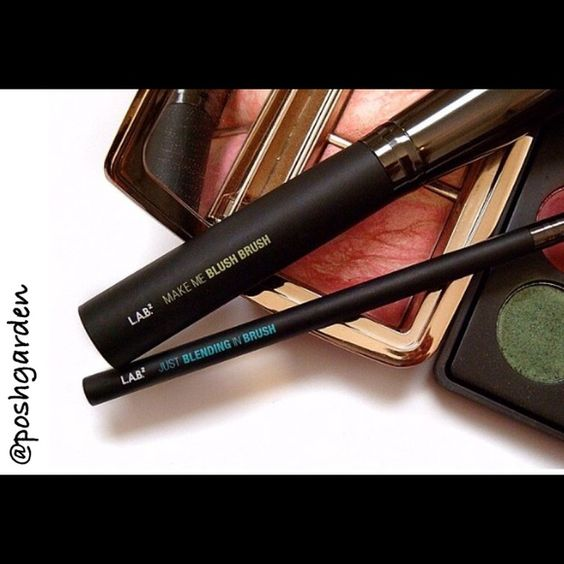 L.A.B. 2 Blending in Brush Please see photos for descriptionI'm offering 30% off 2 items or more OR 4/$20 on the red dot items. Also, you can use the red dot items to make my discount of 30% off 2 items or more kick in  L.A.B. 2 Makeup Brushes & Tools