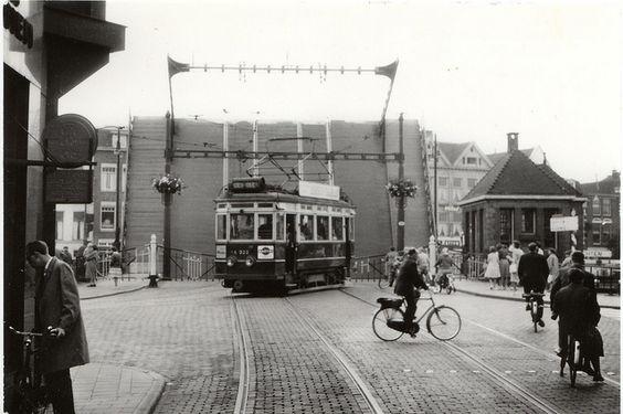 stadstram wacht v blauwpbrug1960   Flickr - Photo Sharing!