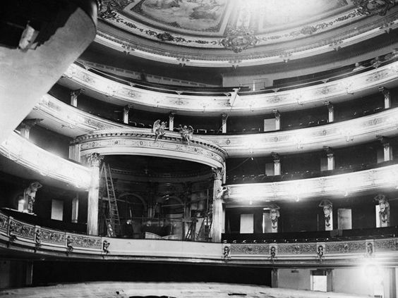 wazzup2!Seinerzeit das größte Opernhaus in Europa: Die Staatsoper wurde von 1741 bis 1743 nach Plänen von Georg Wenzeslaus von Knobelsdorff erbaut. Das Foto stammt von 1928 und zeigt die neue Mittelloge