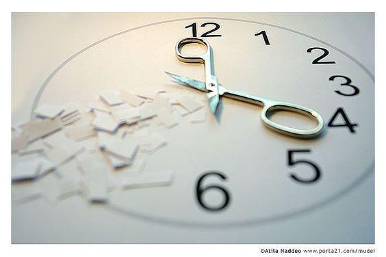 """Excerto de """"O Amor Esquece de Começar"""", de Fabrício Carpinejar. """"Quem conta beijos e olha o relógio insistentemente não está vivo para dar tempo. Deveria dar distância; tempo, não. Tempo se consome, acaba, não é mercadoria, não é corpo."""" - Para ler mais visualize em: www.camilalispector.blogspot.com"""