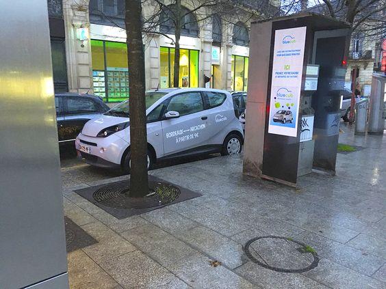 Электромобиль на улице в Бордо
