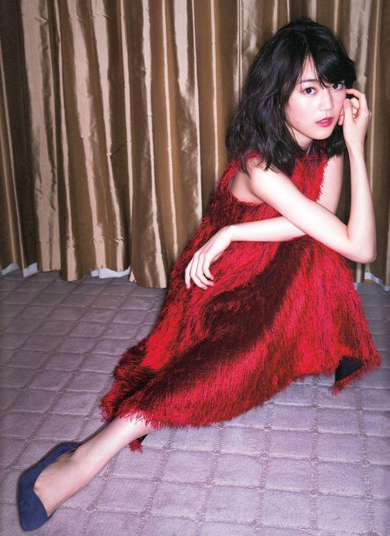 赤いワンピースの生田絵梨花