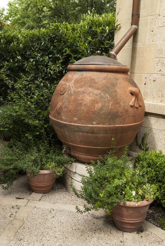 recyclage d 39 une vieille jarre a huile d 39 olive en baril de recuperation d 39 eau de pluie. Black Bedroom Furniture Sets. Home Design Ideas