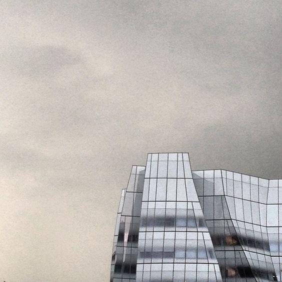 White Iceberg Dark+Stormy #nyc #summerstorm #architecture #FRANKgehry #iac (at IAC) c. LUISFERN5