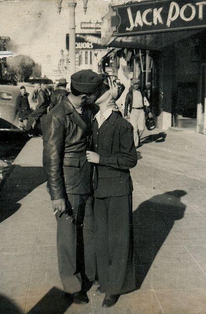 поцелуй на улице ретро