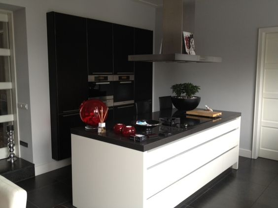 Hoogglans greeploos gelakte keuken met wengé houten zwevende ...