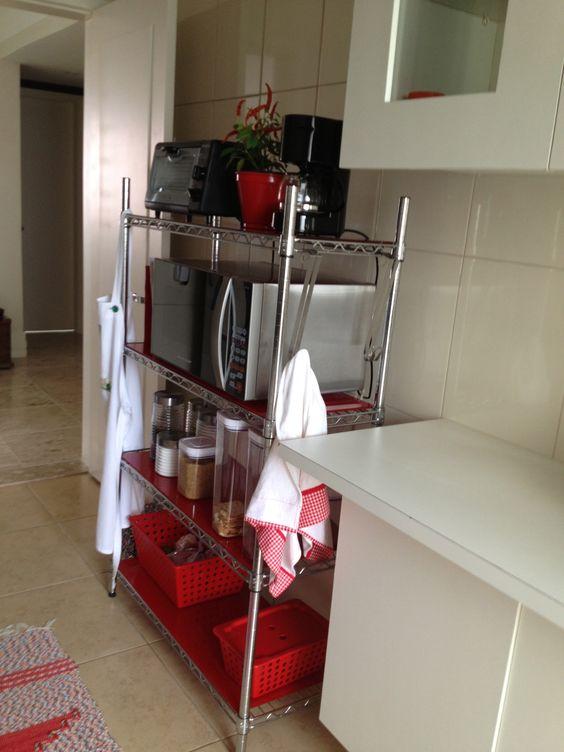 Estante aramada com vidros coloridos moderniza cozinha de apartamento.