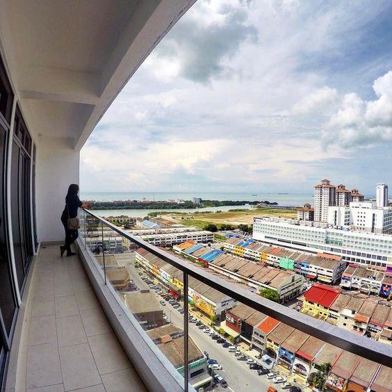 Saya membesar di negeri Melaka ... Zaman sekolah menengah & zaman diploma... Kini Melaka semakin pesat membangun. Eh karangan pula. Hahaha. By the way terima kasih The Straits Hotel & Suites kerana menaja penginapan selama 3 hari 2 malam. Korang kat luar sana boleh merasa pengalaman sebegini dengan FREE. Tunggu contest di Kisah Tatie. 3 pemenang bakal memenangi penginapan di Straits Suite hotel ini ... Yeay!  #kisahtatie #tatieholiday #hotel #melaka #hotelreview #tatiekemelaka…