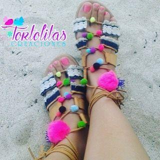 Sandalias romanas con pompones By @tortolitas27 nos encanta  . Disponible en @tortolitas27 Contacto vía  Tortolitasc.a@gmail.com  0414-5725639 . #Sandalias #Pompones #Moda #New #Designer #DiseñoVenezolano #DirectorioMModa #MModaVenezuela #Venezuela