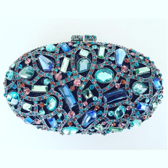 Clucth oval em cristais swarovski   ♡   ••》Whatsapp 43 9148-2241  ☎  43 3254-5125.    Rua Rio Grande do Norte, 19 Centro - Cambé-Pr  #glamour #luxury #clutch #deslumbrante #euquero #swarovski #cristais #dressparty
