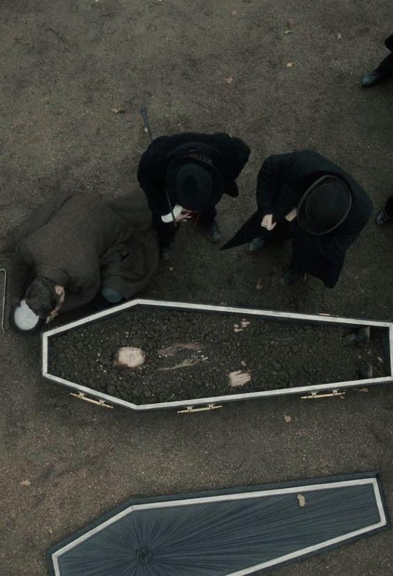 After the time: Ita convierte a S, y para los demás S murió, su corazón dejó de latir y sus pulmones se detuvieron, aunque tenía algunos reflejos nerviosos, pero el doctor dijo: es más común de lo que cree, señor. -al policia que investigaba. S era sano y muy joven para morir. Durante la madrugada, después del lluvioso entierro de S, con la neblina inundando el cementerio, había un hombre esperando con una lampara y de la tumba de S salió cubierto de tierra tras haber luchado por salir.: