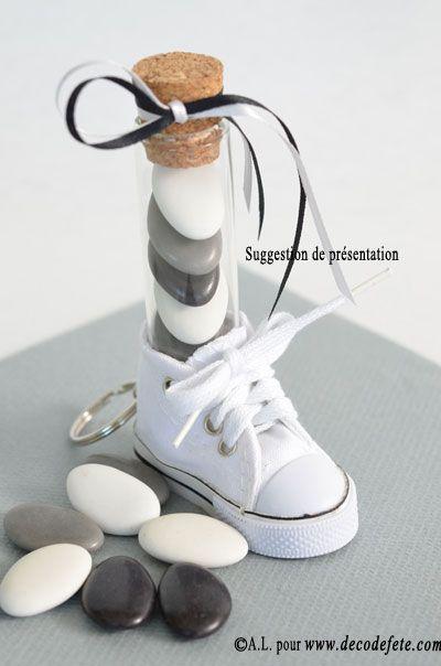 Cette mini basket porte clefs, ici blanche peut être utilisée pour accompagner vos contenants à dragées, glisser dans le talon une éprouvette de 10 ou 12cm  dans laquelle vous mettrez des dragées dans les couleur de votre déco.  #mariage #bapteme #fete #anniversaire #decodetable #basket