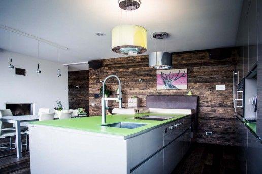 Moderne hochwertige küche mit holzwand glasarbeitsplatte hochglanzfront in weiß holzwand bar